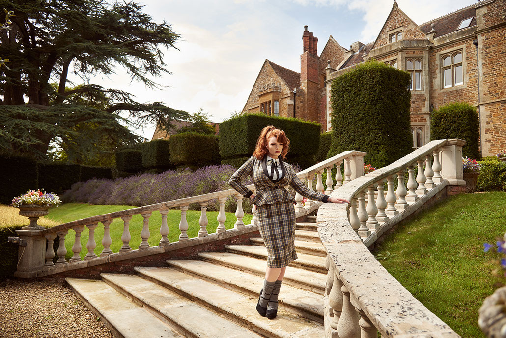 Brit Chic Fashion Editorial - britische Mode mit Model Miss Deadly Red in England für Fräulein Backfisch von Retro Fotografin Yvonne Sophie Thöne aus Kassel