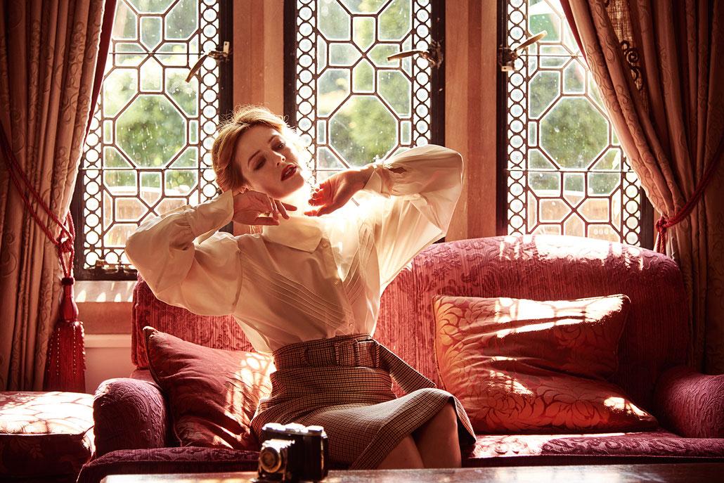 Model Lydia Helen Francis präsentiert Britische Mode im New Hall Hotel in Sutton Coldfield bei Birmingham
