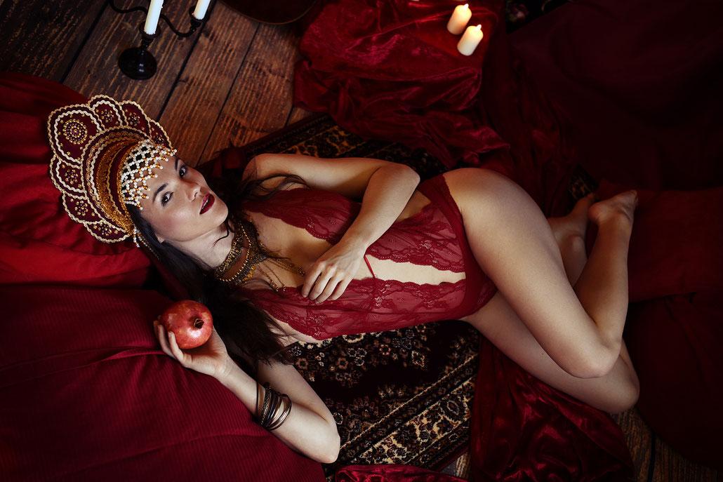 Boudoirfotografie im Folklorestil mit Kokoshnik und Granatapfel