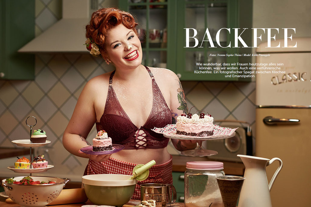 Pin-Up-Model und Curvy Model Kikki als sexy Backfee und verführerische Küchenfee - veröffentlicht im Séparée Magazin - Bäckerei Konditorei Retro Werbung