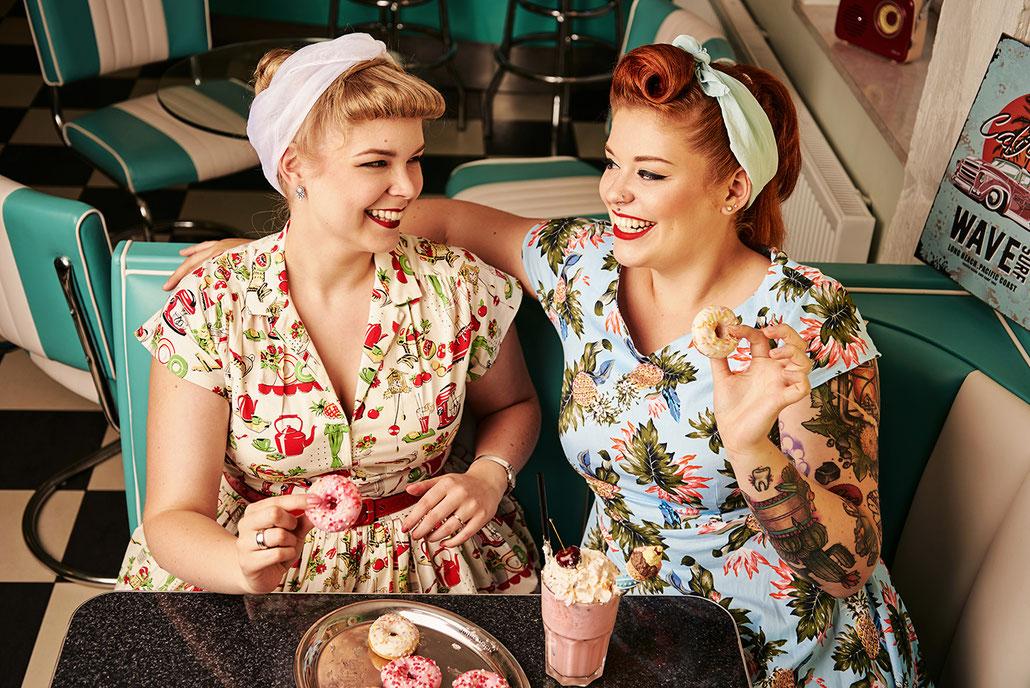 Delicious Sweets - Pin-Up-Commercial - Werbefotografie im Retrostil mit Donuts und Milchshake
