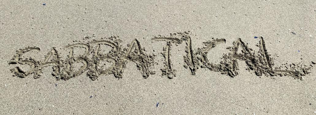 """""""Sabbatical"""" in den Sand geschrieben"""