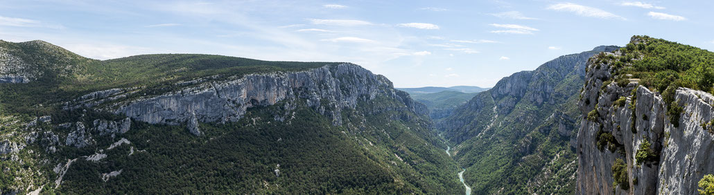 A stiched panorama to give you an idea of how deep the Verdon river cut into the limestone massif