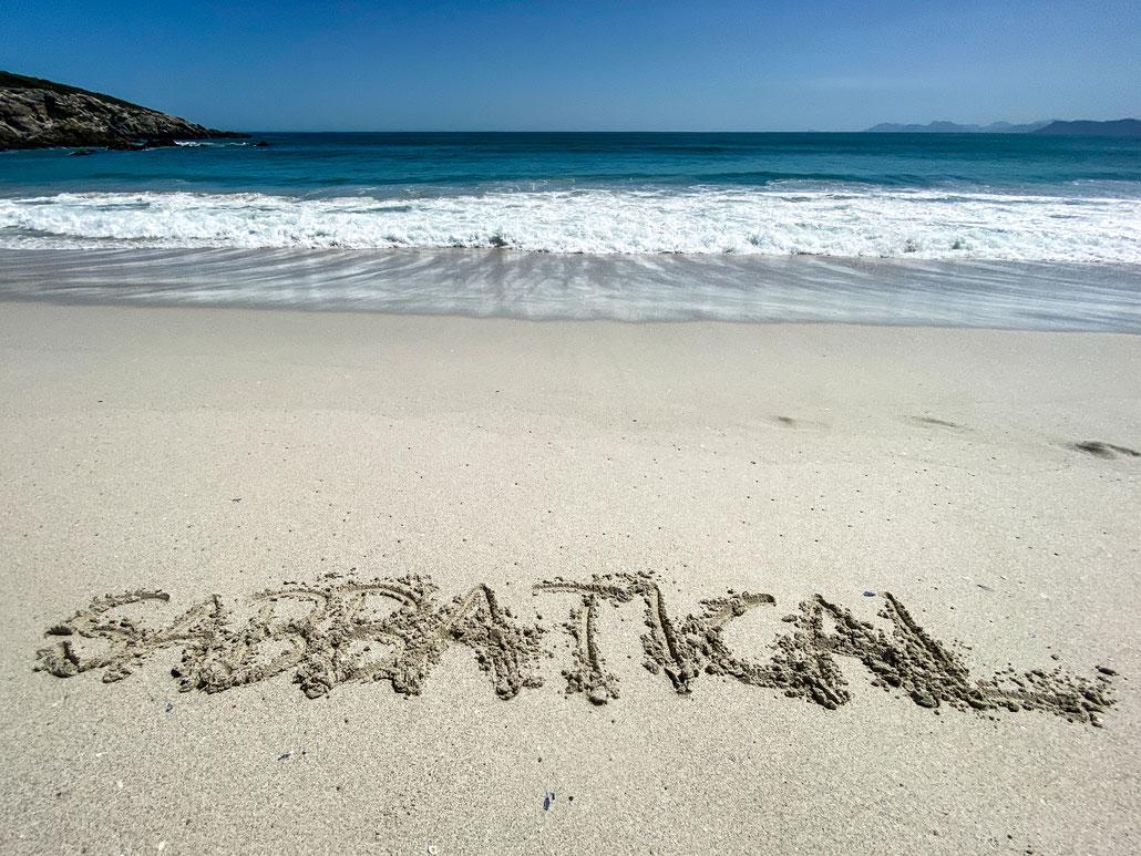 """""""Sabbatical""""-Schriftzug am Strand in Südafrika"""