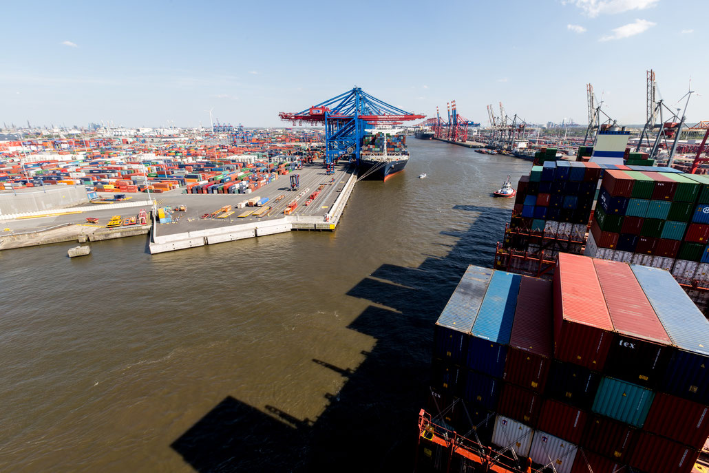 """I really like this picture showing the """"shadow skyline"""" of the CSCL Saturn leaving Waltershofer Hafen."""