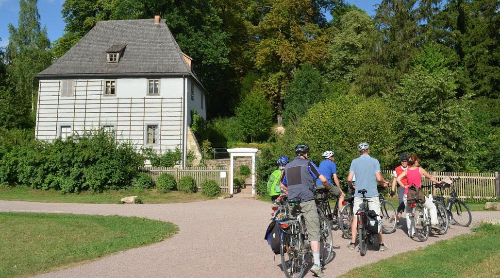 Radfahrer*innen vor Goethes Gartenhaus in Weimar