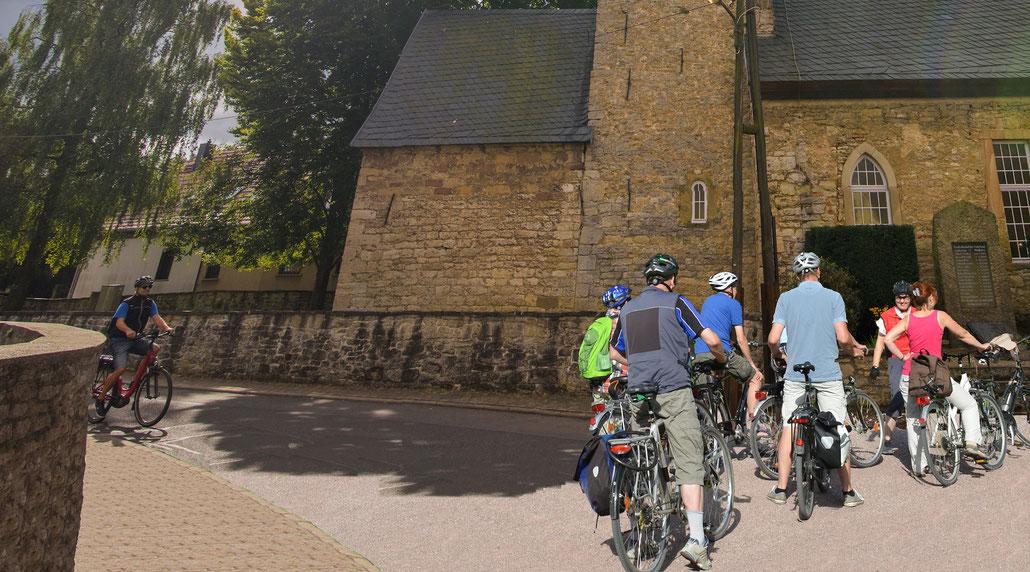 RadfahrerInnen vor der Feininger-Kirche in Gelmeroda