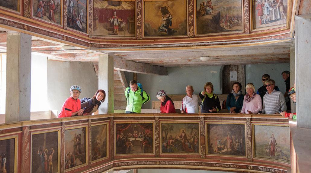 Reisegruppe in der Dorfkirche Niedergrunstedt bei Weimar