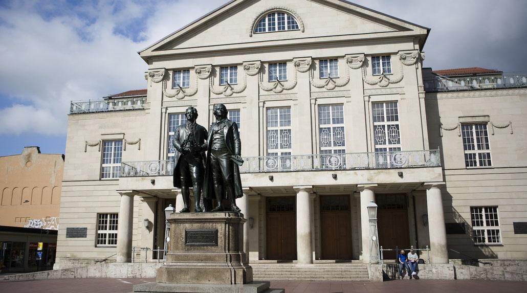 Reisegruppe am Haus der Frau von Stein in Weimar