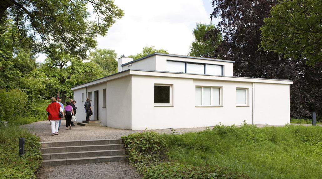 Reisegruppe am Versuchshaus am Horn, Weimar