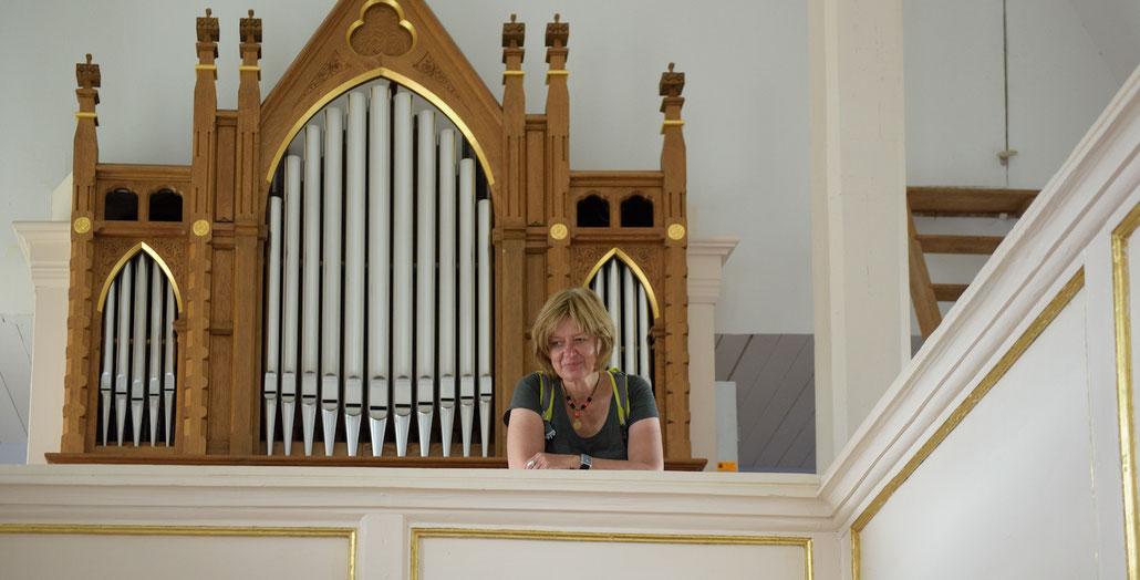 Petra Venzke vor der Orgel in der Dorfkirche von Kromsdorf