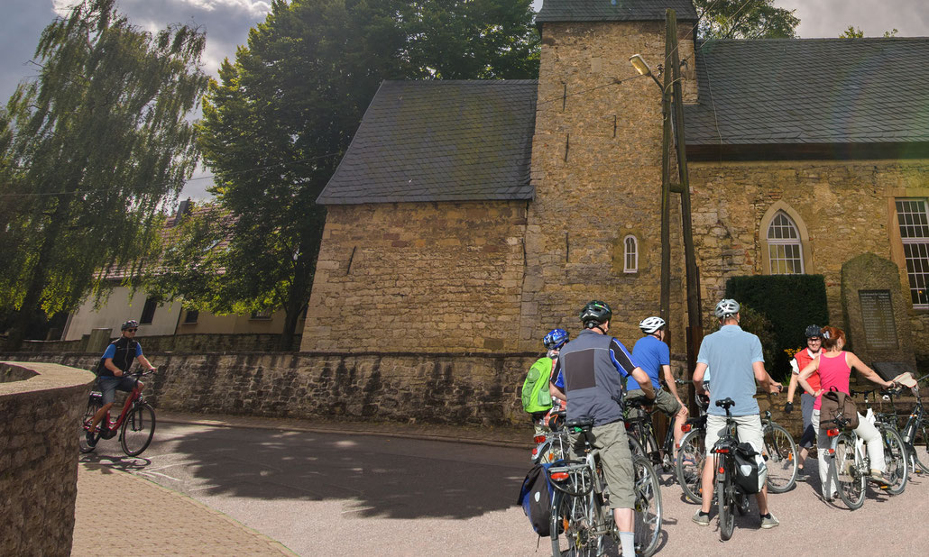 Radfahrer an der Feininger-Kirche in Gelmeroda