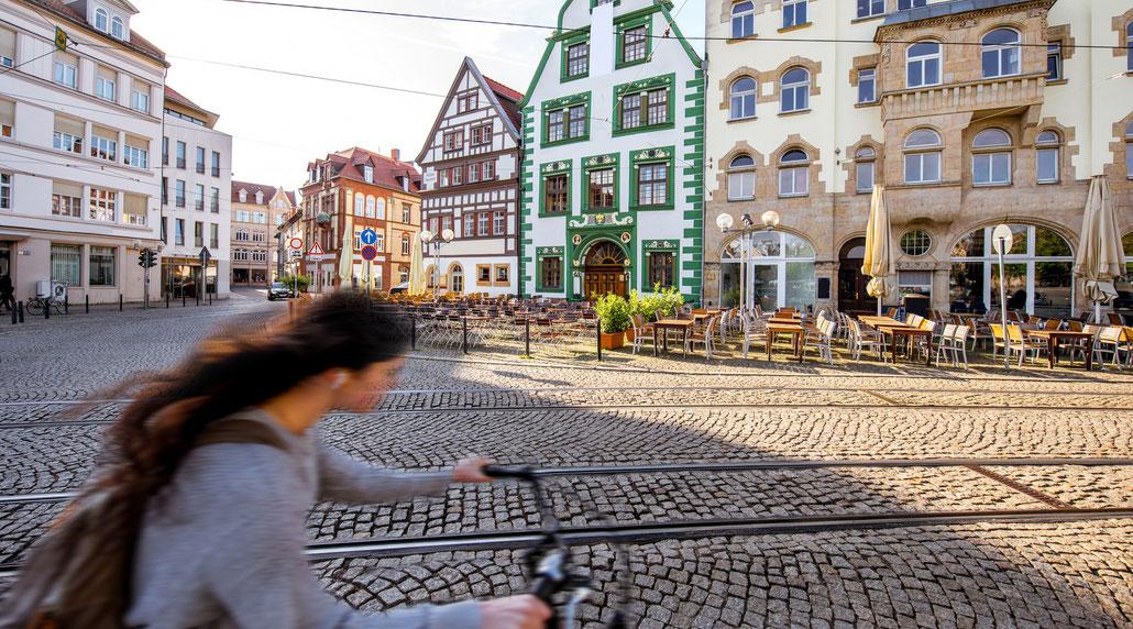 Radfahrerin auf dem Domplatz in Erfurt