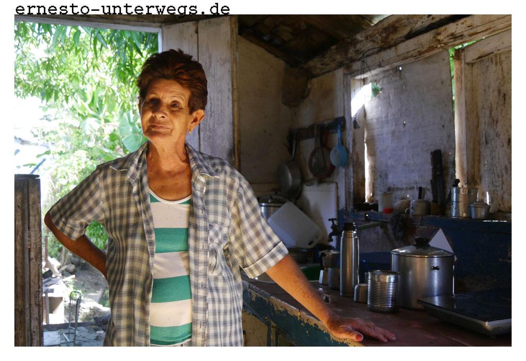 Dieser Frau hat ein Zyklon ein Zimmer weggerissen. Als Ersatz für den beschädigten Herd bekam sie die Kochplatte vom Staat. Das Zimmer konnte sie nicht wieder aufbauen, da sie keine Rente bezieht und auf Zuwendungen ihrer Kinder angwiesen ist.