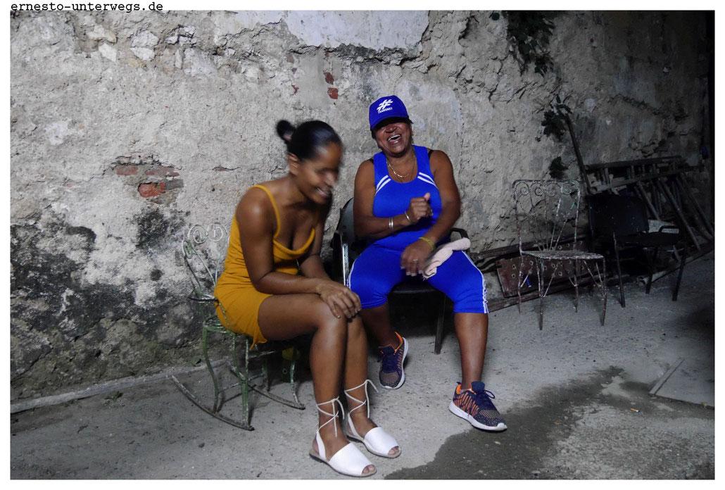 Yaney (li.) und Marta lachen.