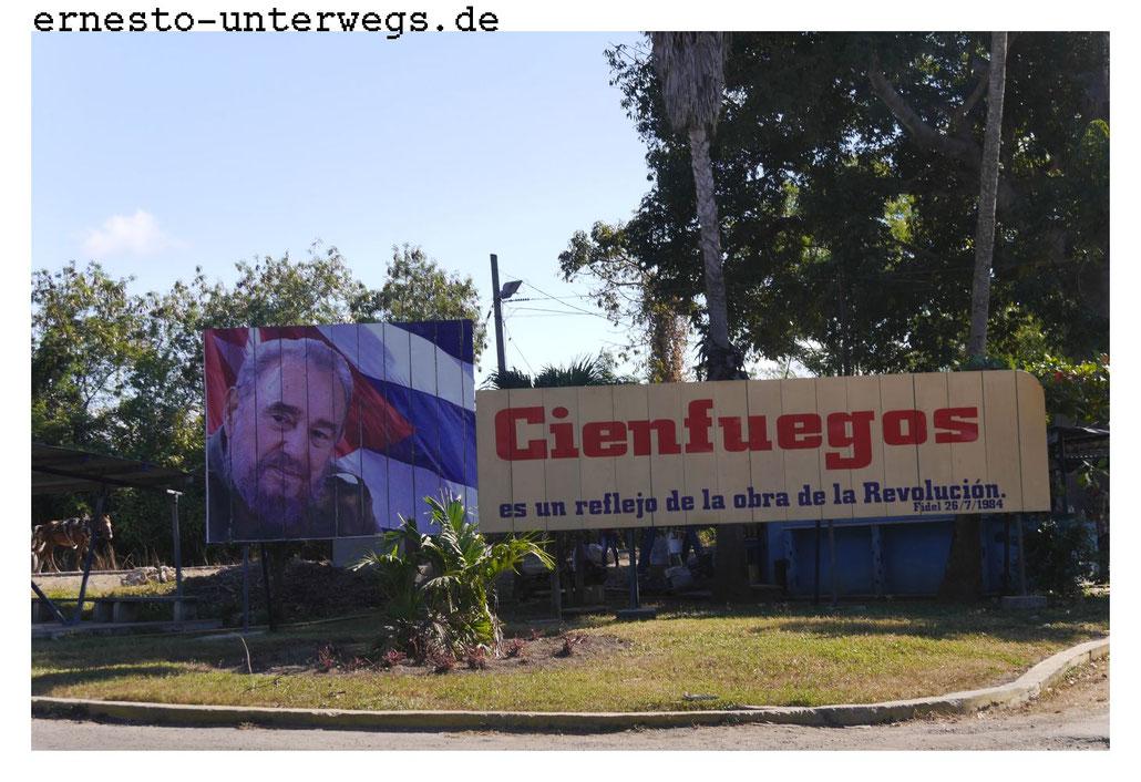 Auch Plakatwände -so wie die hier mit dem Konterfei von Fidel Castro- tragen zur Erhaltung des Sozialismus bei.