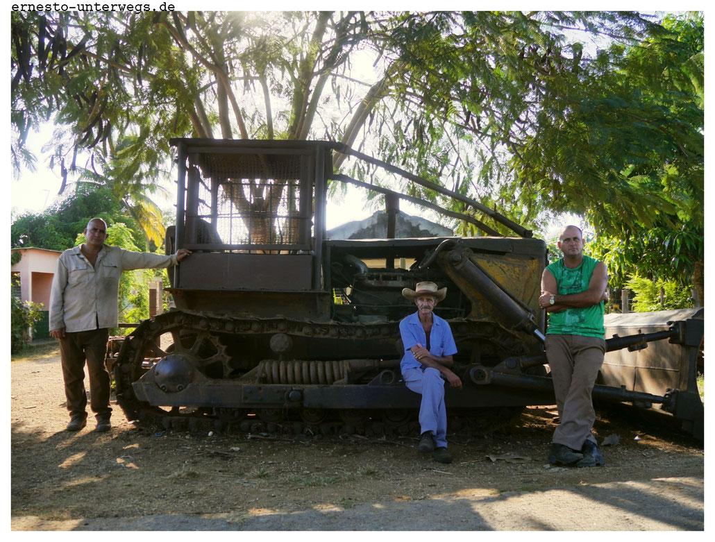 Auch der Marabu-Busch setzt den Landwirten zu. Einst hat man ihn als Zierpflanze aus Afrika eingeführt. Aber weil er in Kuba keine Feinde hat, überwuchert er heute weite Teile der Landschaft. Nur diese alte Raupe aus den 1950er-Jahren ist ihm gewachsen.