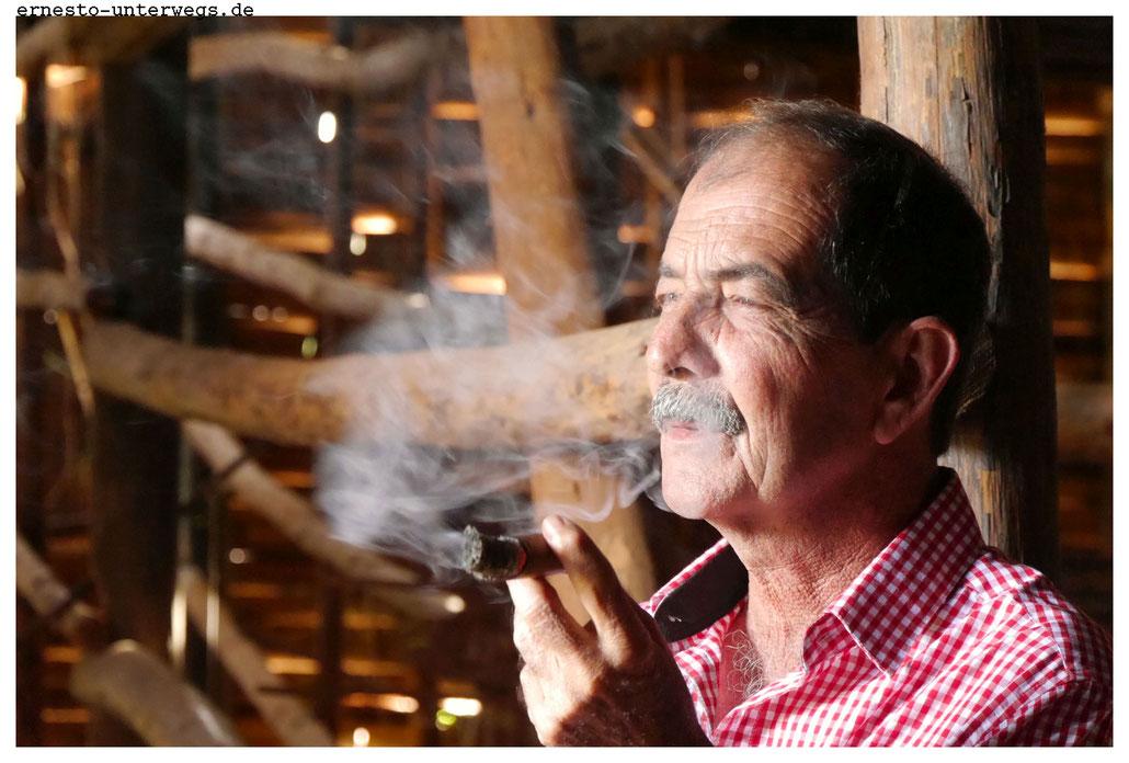 Frank raucht immer und überall, scheint mir.