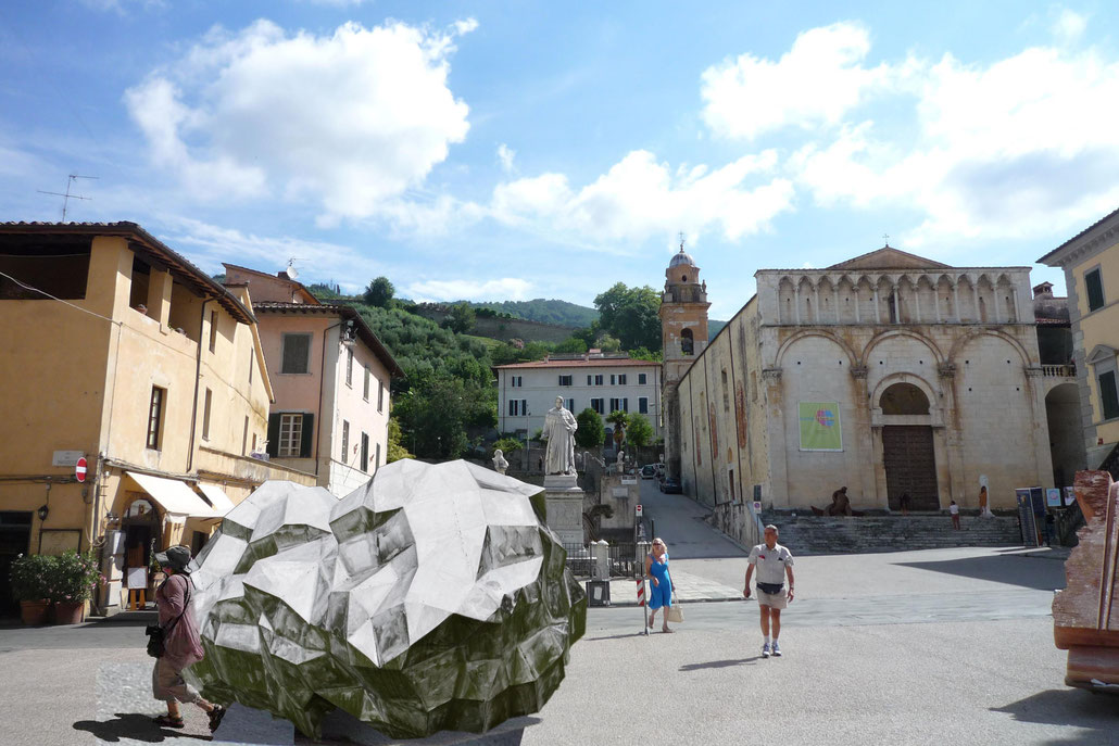 Rendering how it would look like if an ASTEROID - sculpture by HEX would be placed at Piazza del duomo in Pietrasanta, Italy.