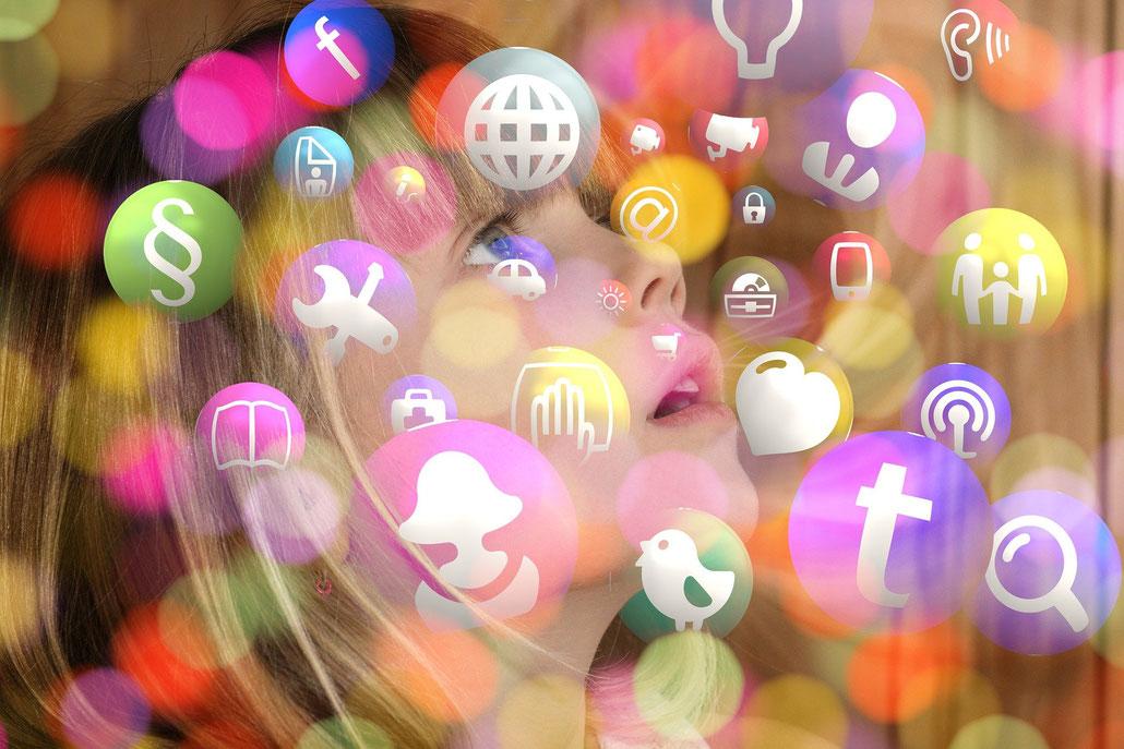 Bild von Mädchen umgeben von Blasen mit verschiedenen icons unter anderen von social media Plattformen