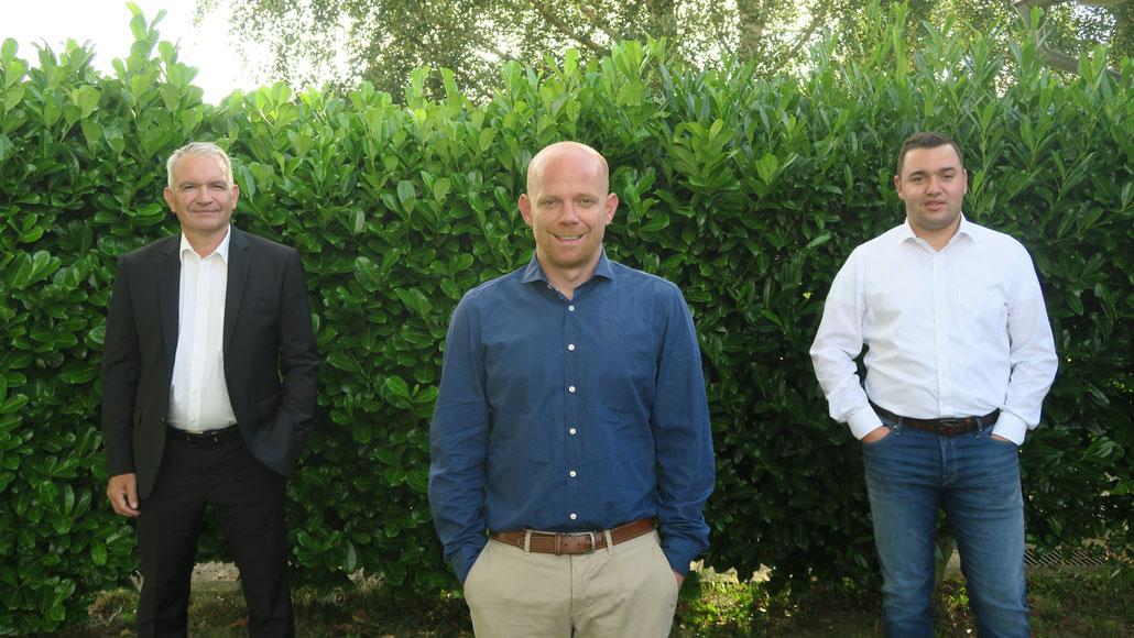 Die 1. Vorsitzenden nach der Vertragsunterzeichnung: Alexander Rick - FC Steinbach (in der Mitte),  Peter Schmidt - TuS Ahlbach (links)  Yannick Silbereisen - SV Oberweyer (rechts)