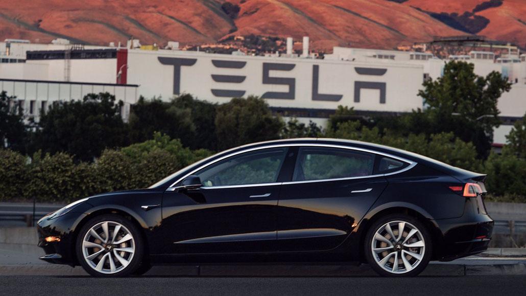Das erste Model 3 aus der Serienproduktion, fertiggestellt am 8. Juli 2017 (Quelle: Elon Musk / Twitter)