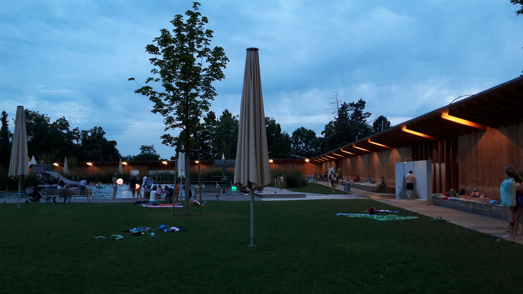 Wochenabschluss beim Nachtschwimmen im Naturbad Riehen