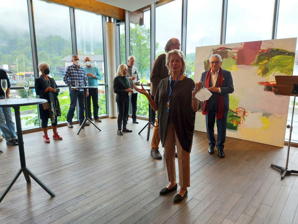 Vernissage Ausstellung Leidenschaften im Seeforum Rottach-Egern. Vorne die Künstlerin Brigitte Siebeneichler, vor dem Gemälde Laudator Ernst W. Kölnsperger