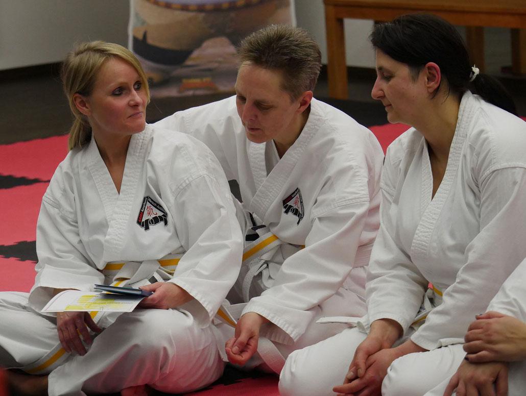Links in Bild: Sabrina Wojciechowski! Gemeinsam mit ihrer Tochter Marie übt sie sich in Oer-Erkenschwick in der Kunst des Karate...