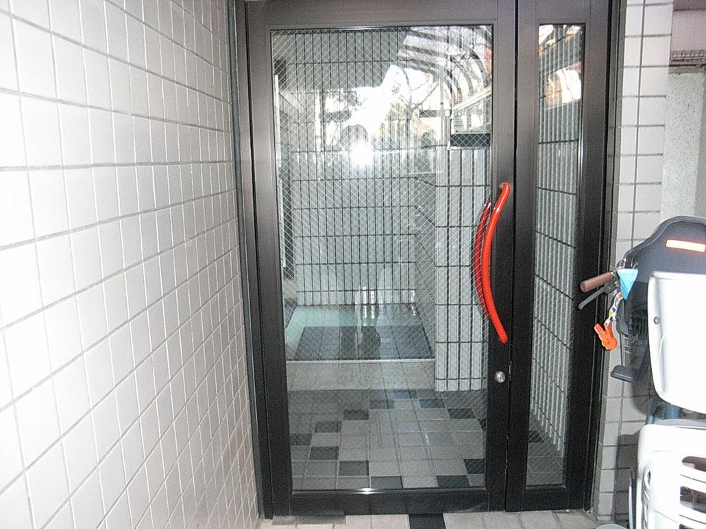 このドアの奥、左の階段を上って下さい