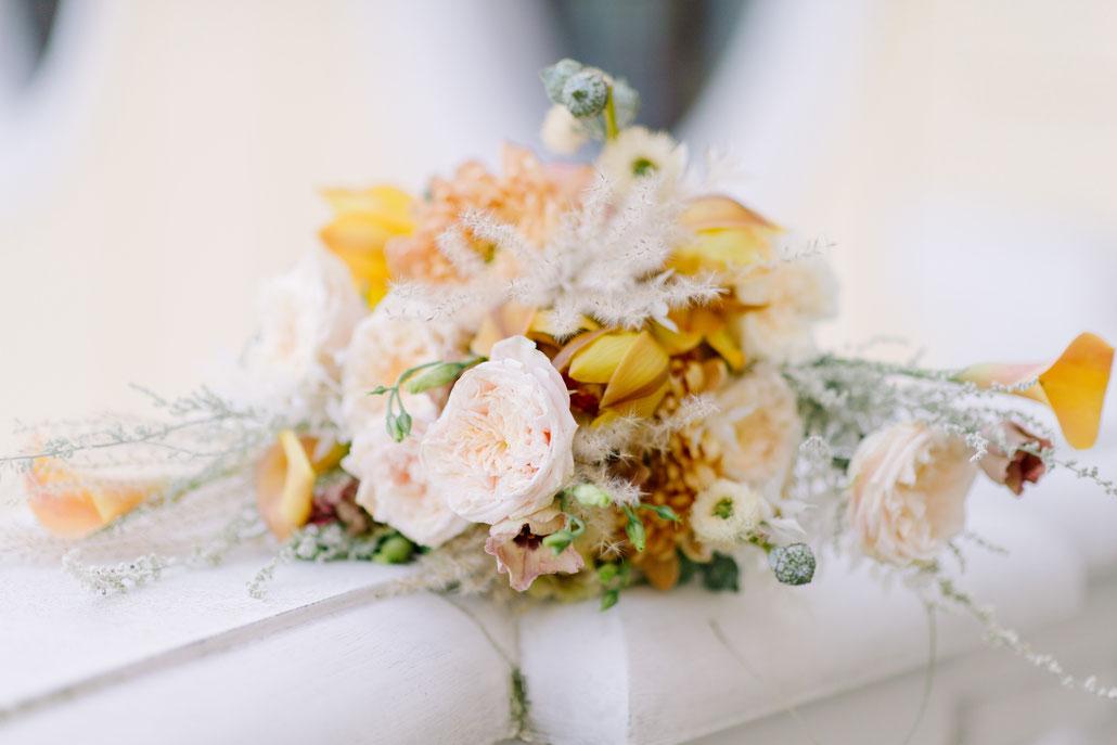 Brautstrauß auf dem Balkon des Kempinski Taschenbergpalais Dresden. Gefertigt von der Floristikwerkstatt Zauberhaft, fotografiert von ZoKa Fotosession, Hochzeitsplanung durch marrylight wedding & event