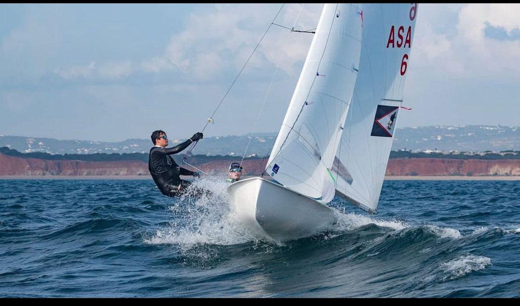 Quelle: www.byc.de/adrian-hoesch-segelt-im-470er-bei-den-olympischen-spielen-in-tokyo/#iLightbox[gallery38973]/1