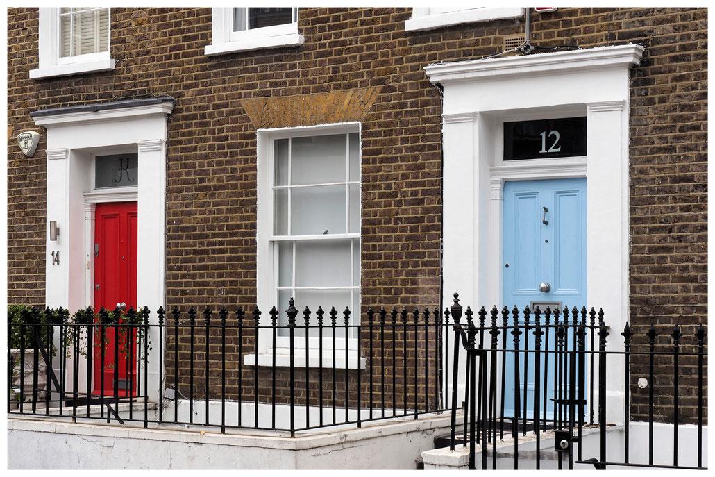 eine rote und eine hellblaue Haustür im Londoner Stadtteil Kensington