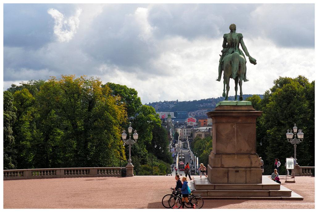 Blick vom Schlossplatz auf die Karl Johans gate in Oslo