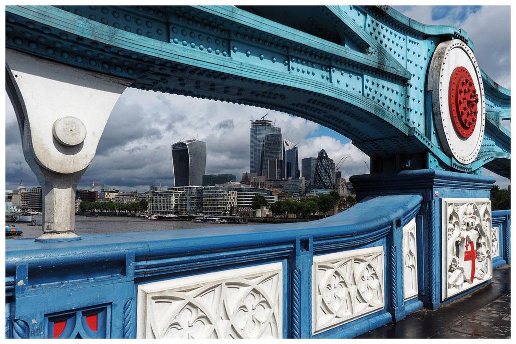 Blick von der Tower Bridge in Richtung Tower of London und das Finanzzentrum