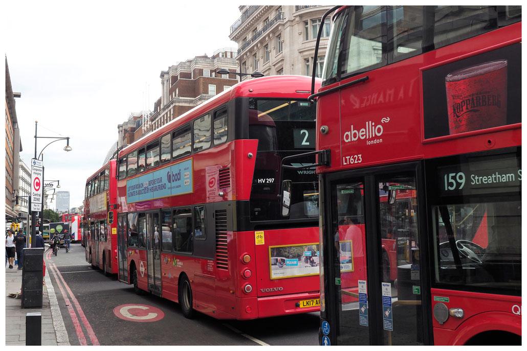 rote Doppeldecker-Busse auf der Londoner Oxford Street