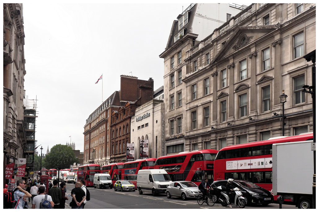 Schlange von roten Doppeldecker-Bussen in London Whitehall
