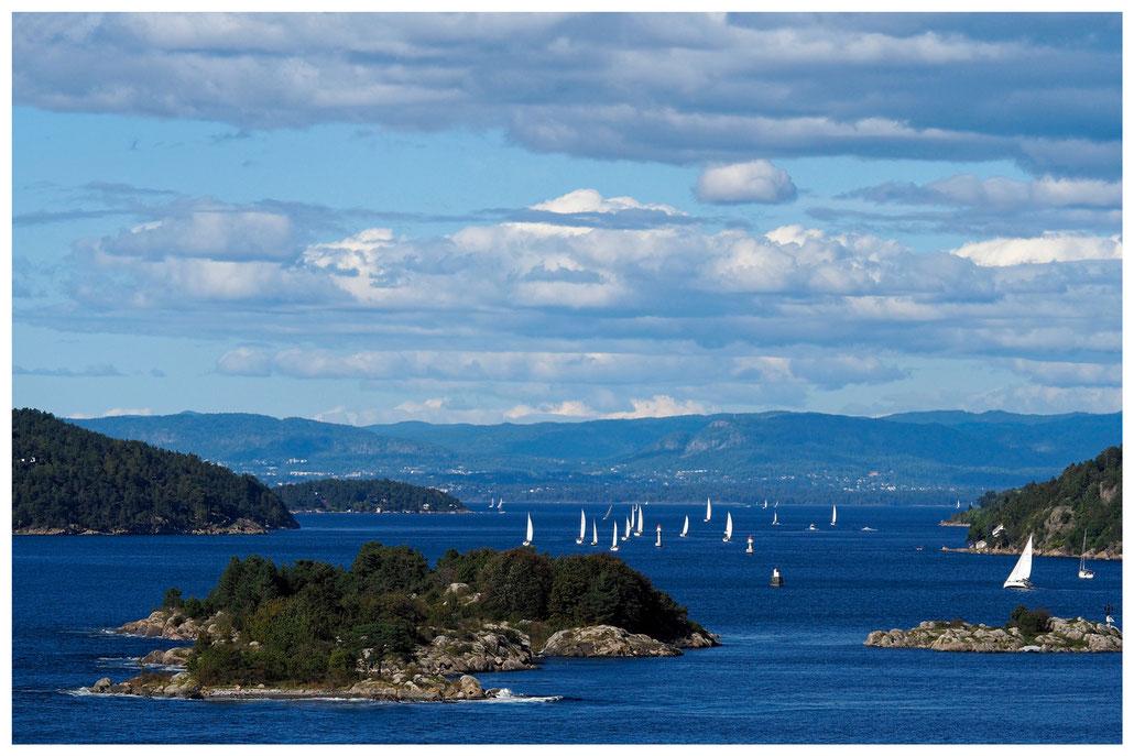 Inseln, Segelboote und blaues Meer im Oslofjord