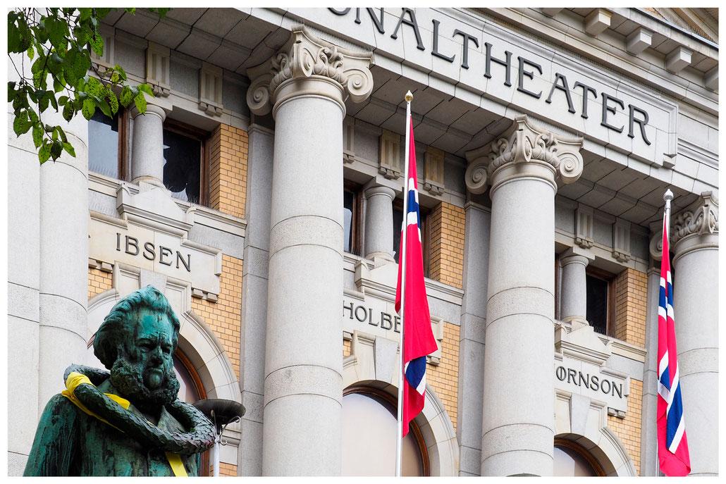 Fassade des Norwegischen Nationaltheaters mit der Statue von Henrik Ibsen in Oslo