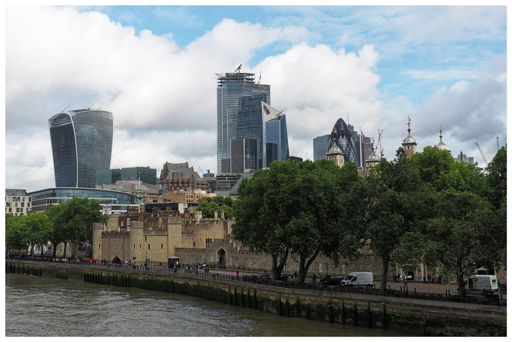Blick auf den Tower of London und das Finanzzentrum
