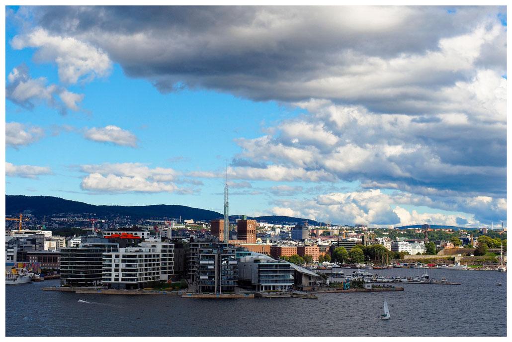 Oslo - Abfahrt nach Kiel, Blick auf Tjuvholmen und das Rathaus