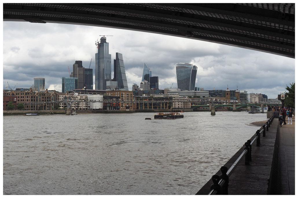 Auf dem The Jubilee Walkway mit Blick über die Themse auf das Finanzzentrum in London