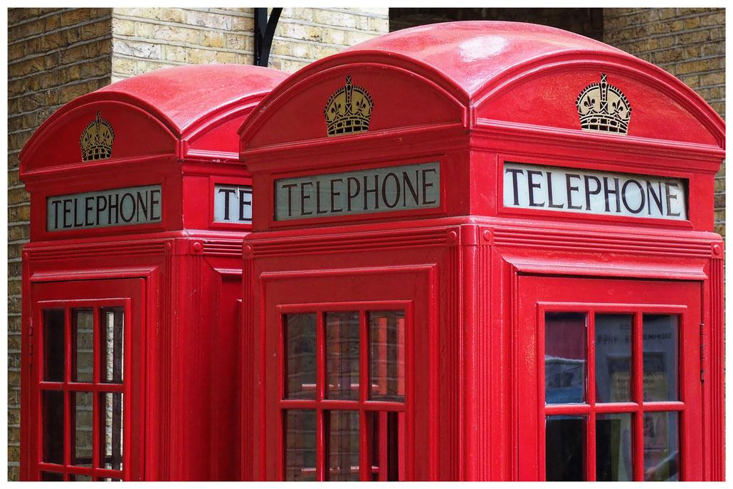 Zwei prächtige rote Telefonzellen in London