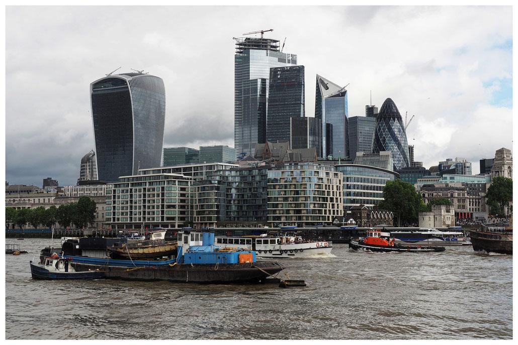 London - Blick vom südlichen Themseufer auf das Finanzzentrum