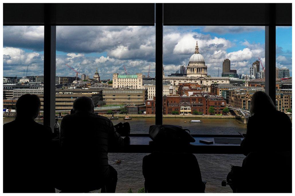 Blick aus der Cafeteria der Tate Modern in London