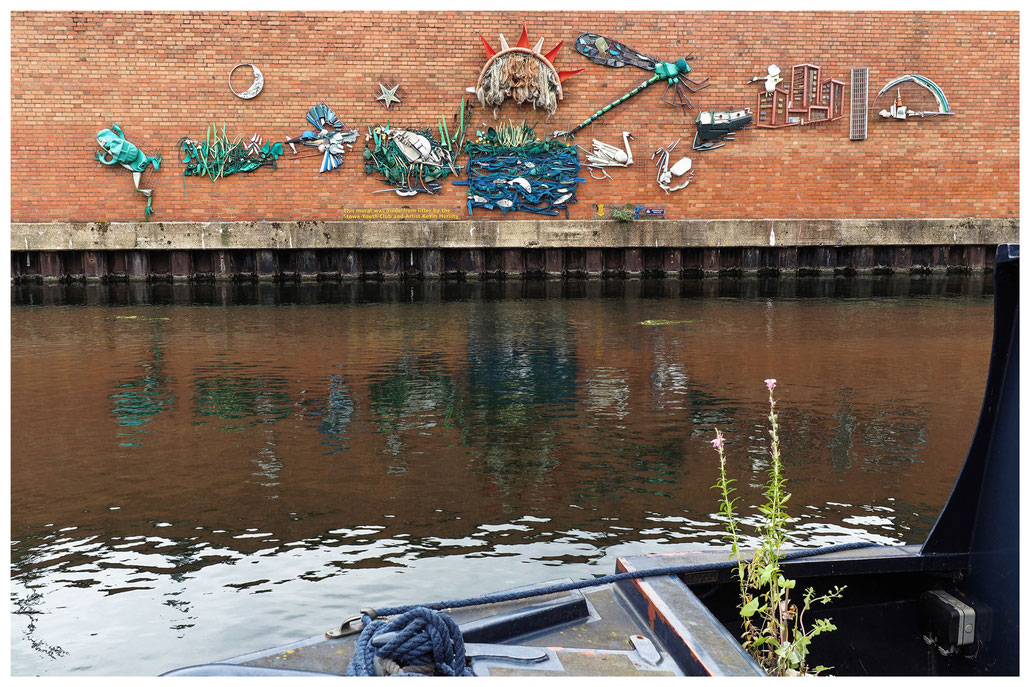 Wandbild aus Plastikmüll am Regent's Canal in London