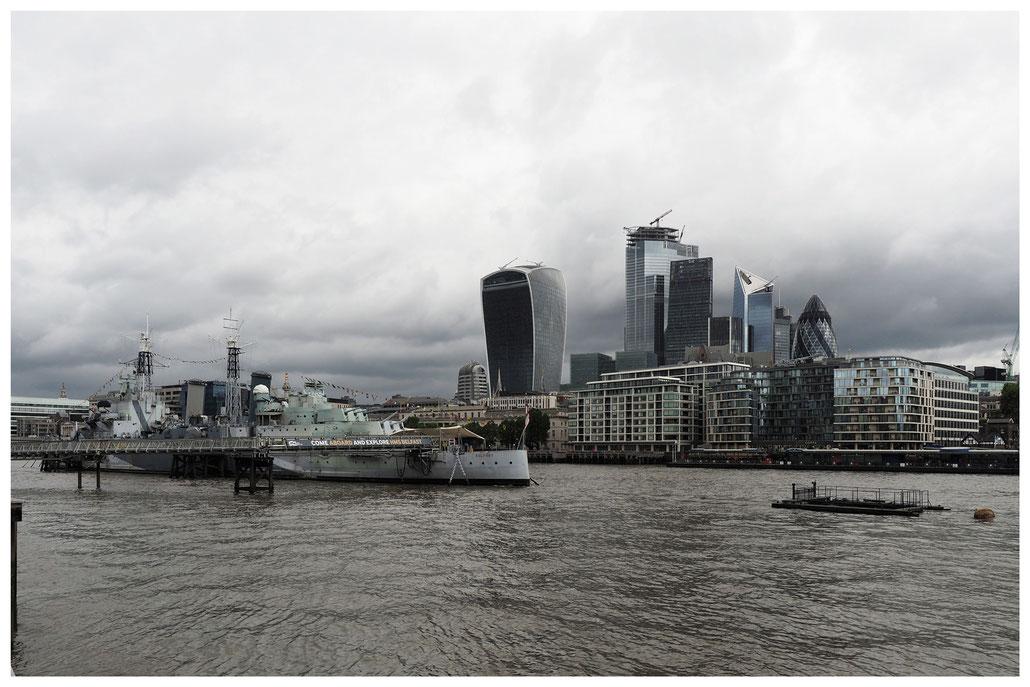 HMS Belfast auf der Themse gegenüber der City of London