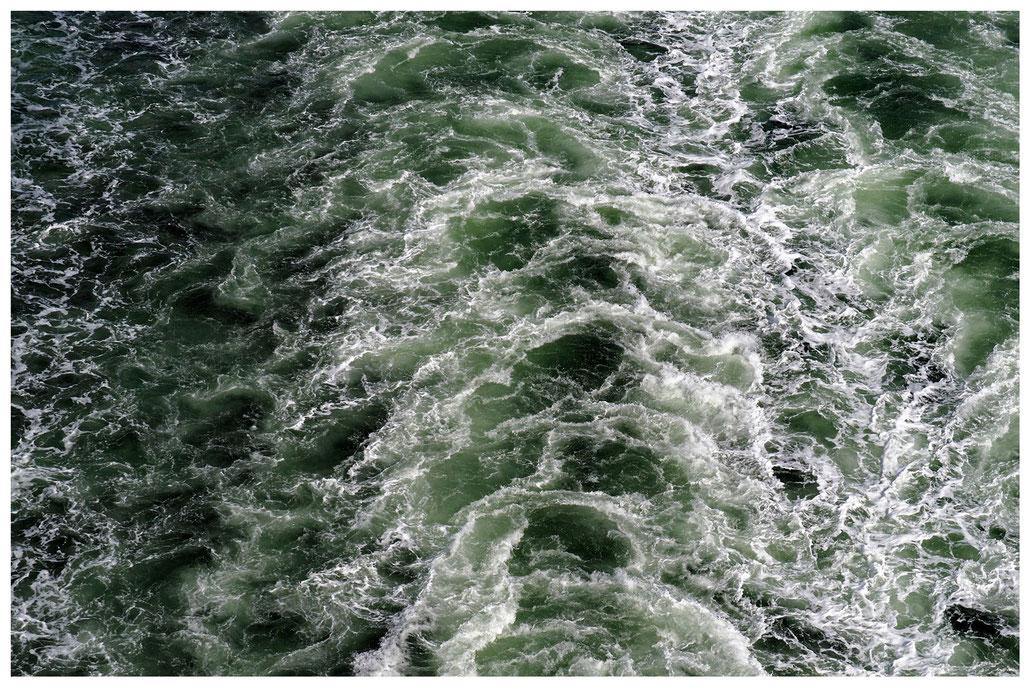 aufgewühltes Meerwasser am Heck der Color Line Fähre