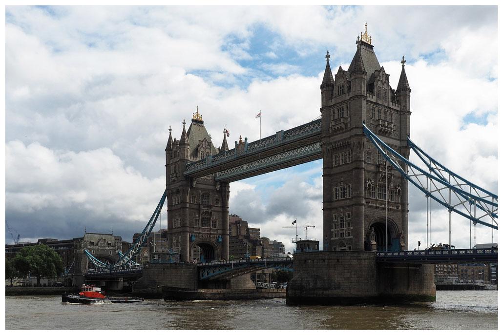 Blick auf die Tower Bridge in London vom südlichen Themseufer aus