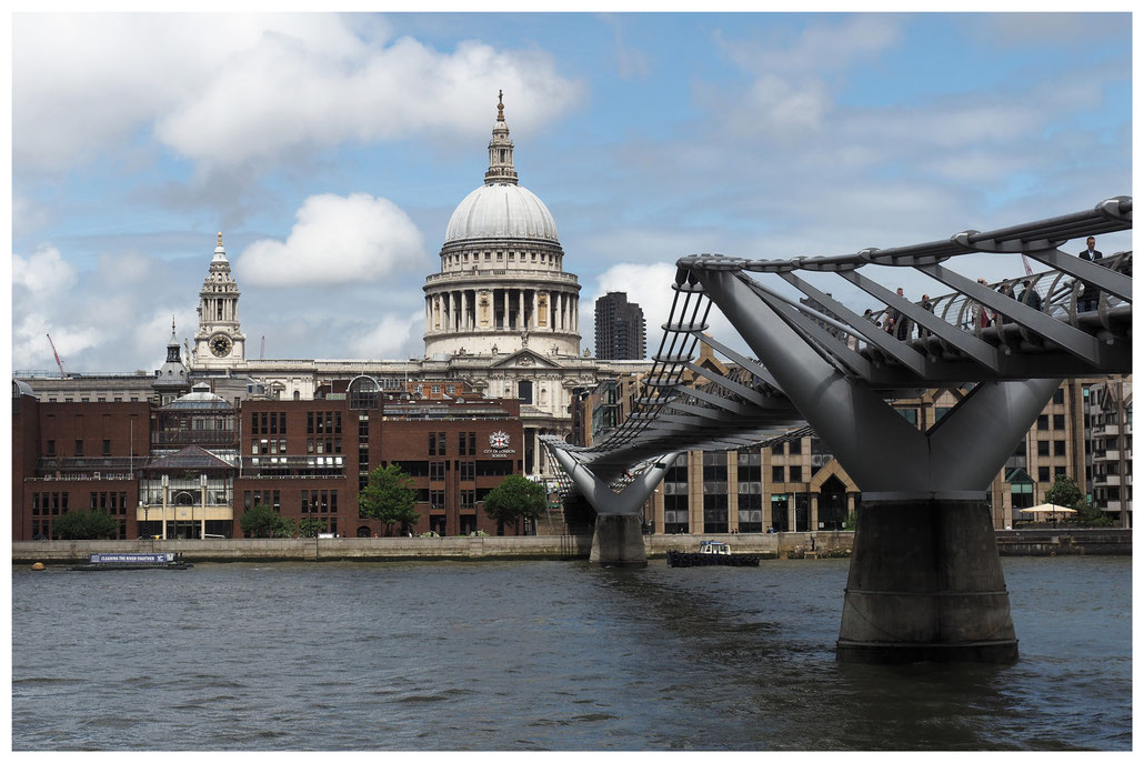 Blick entlang der Millennium Bridge in Richtung St. Paul's Cathedral in London